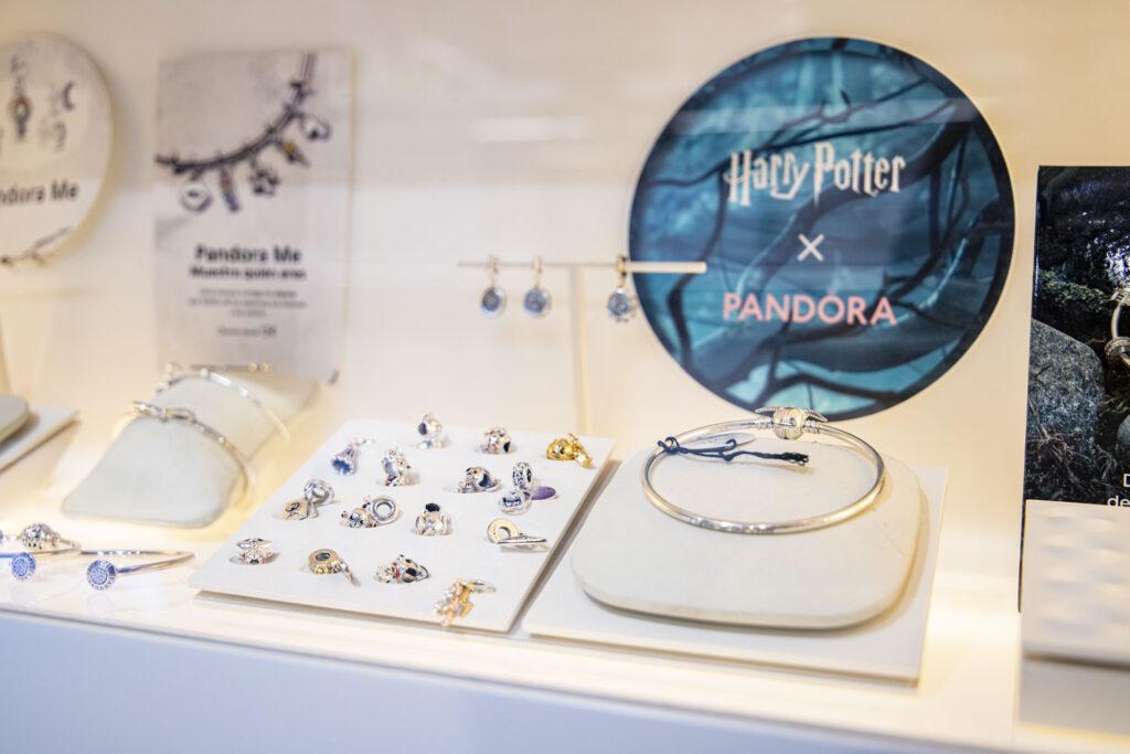 Expositor de joyería Rafa Vila con Charm Pandora x Harry Potter